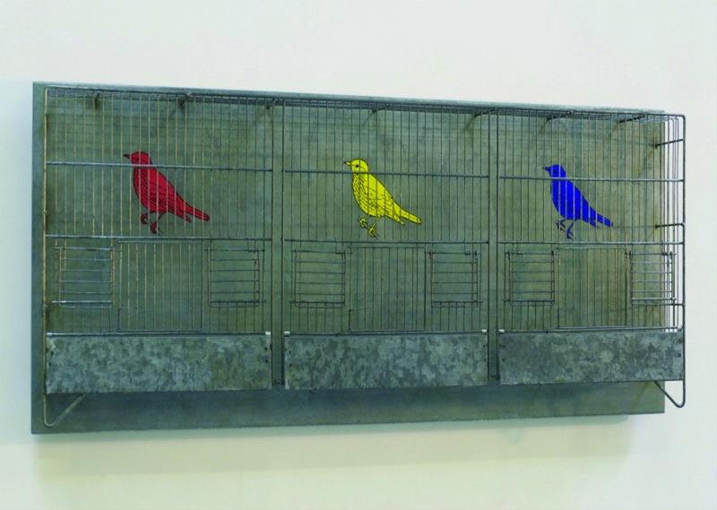 Pieter Laurens Mol, Settlement, 1992, sérigraphie sur plaque de zinc, cage à oiseau en métal galvanisé, 36,6 x 92,9 x 9,5 cm, courtesy Farideh Cadot & the artist